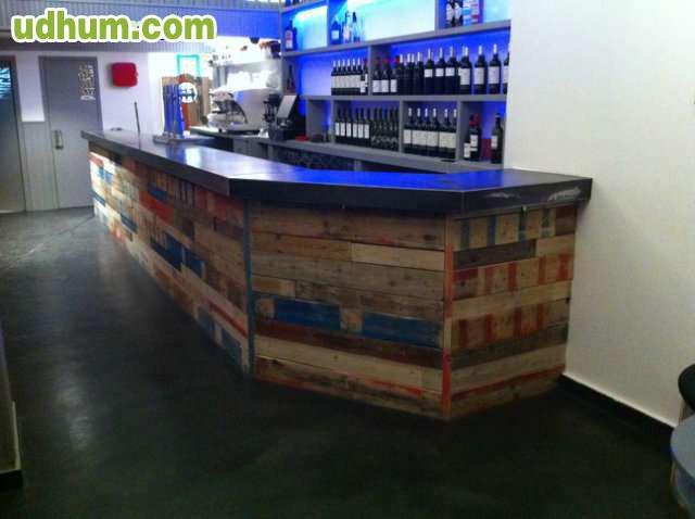 Barra de bar y paredes con pales palets for Barra bar madera segunda mano