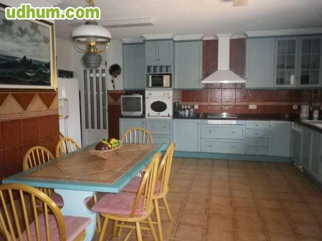 Amplia villa con piscina 1000m2 jard n for Piscina 10x4 precio