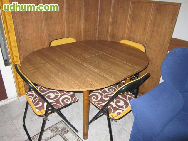 Mesa redonda y cuatro sillas 1 for Comedor redondo ampliable