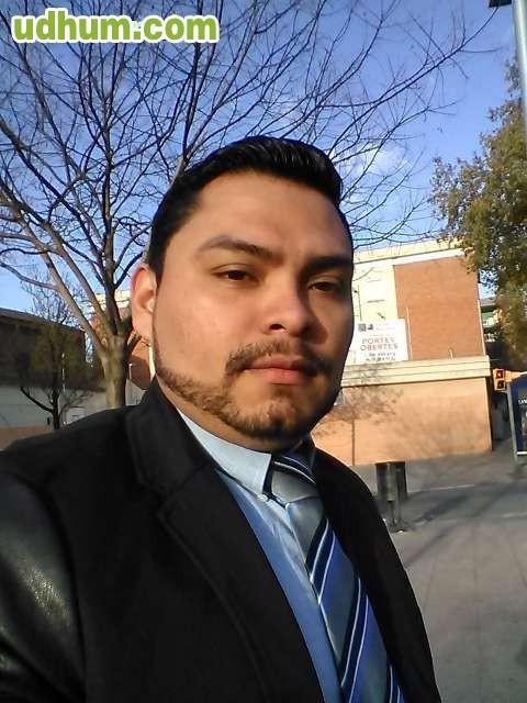 Chico latino urge trabajar for Trabajo urge barcelona