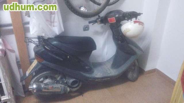 Lavar los botes con tapa hermética de la gasolina