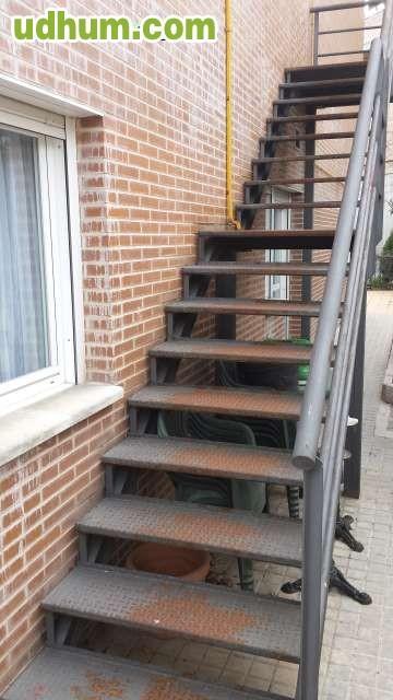 Escalera met lica fija de 2 niveles for Escalera interior barata