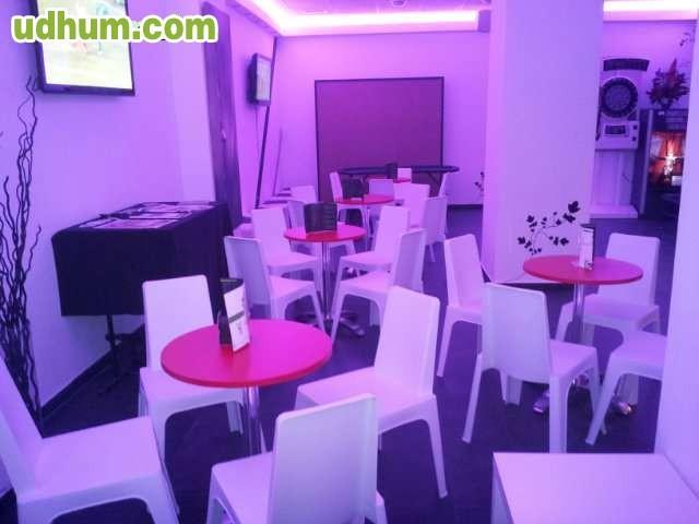 Mesas y sillas mobiliario for Sillas blancas apilables
