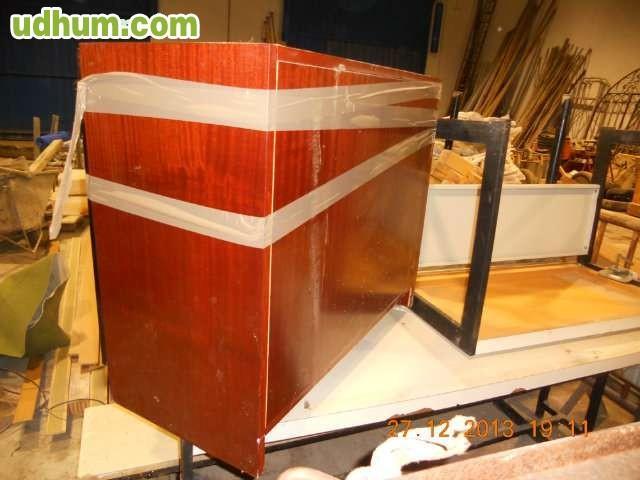 Mesa de oficina de madera y dos muebles for Muebles para oficina en madera