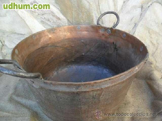gran caldero de cobre con asas de hierro