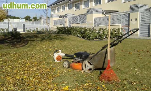 Jardinero autonomo con herramientas - Trabajo jardinero madrid ...