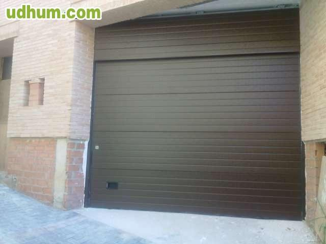 Montaje de puerta de garaje seccional - Montaje de puertas ...