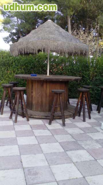 Mesa de terraza con taburetes for Mesa de terraza con quitasol