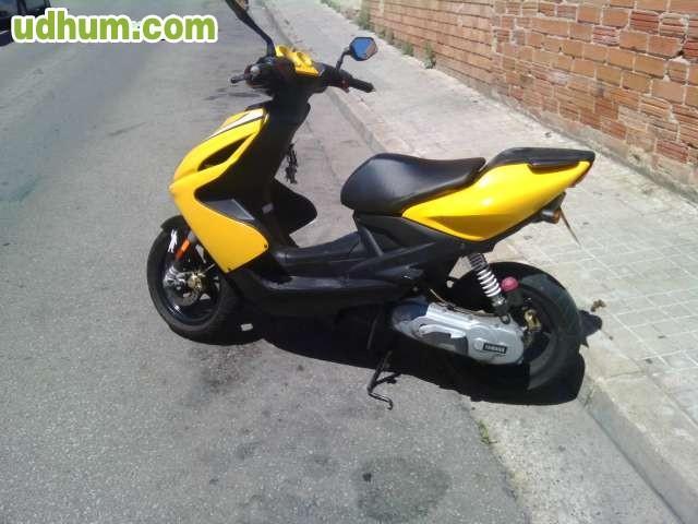 yamaha aerox replica rossi amarilla: