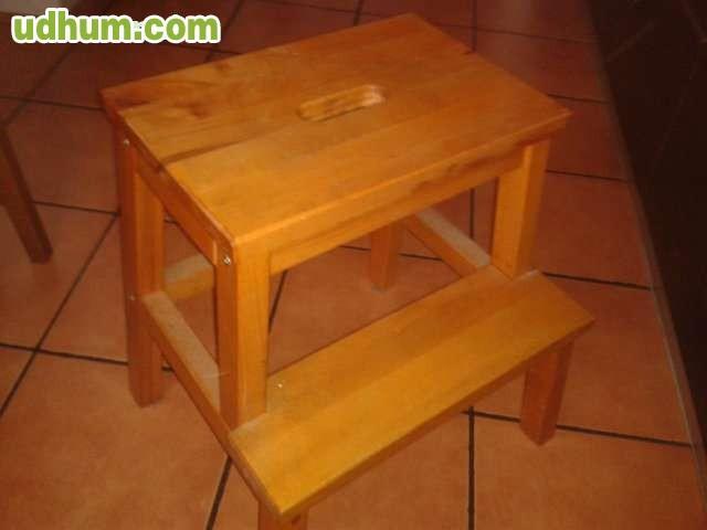 Una escalera y dos taburetes o banqueta for Banqueta escalera plegable