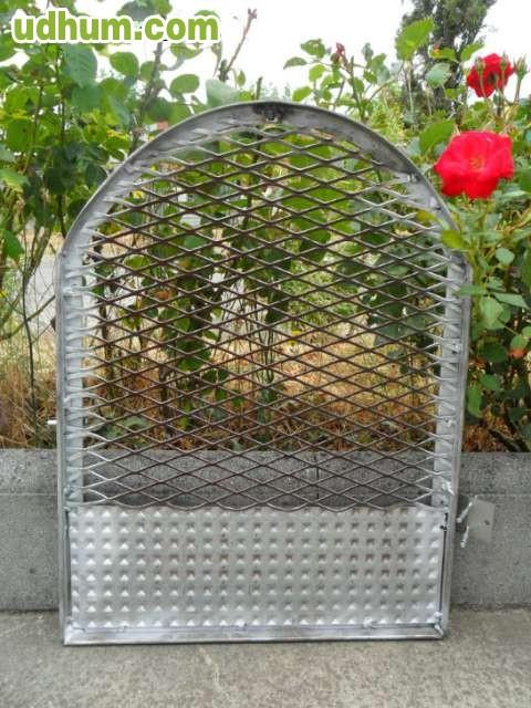 Puerta caseta perro galvanizada for Caseta chapa galvanizada