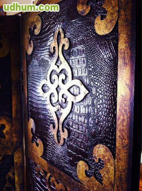 Biombo de madera con adornos met licos for Biombos metalicos