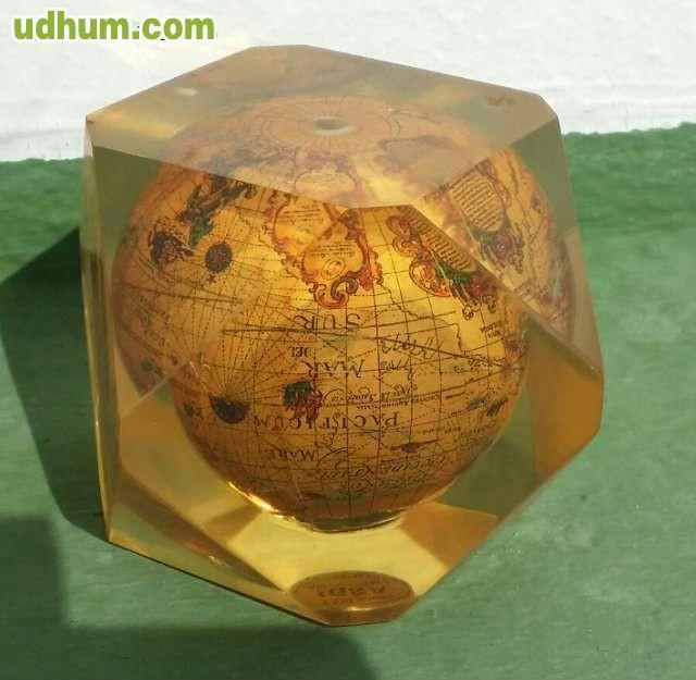 Mapa mundi antiguo sobre mesa for Mesa cristal mapamundi